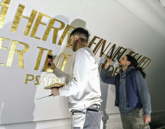 Friedenskirche Aue Zelle Vergoldung der profilierten Schriftzuege aus Gips an der Kirchendecke mit Blattgold