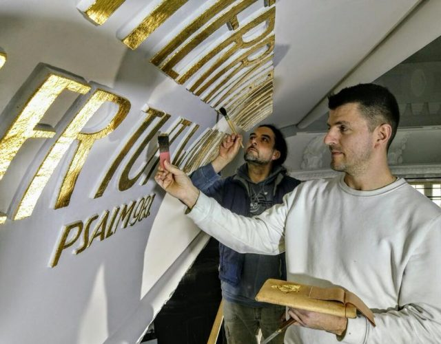 Friedenskirche Aue Zelle Vergoldung der profilierten Schriftzuege aus Gips an der Kirchendecke mit Blattgold 2