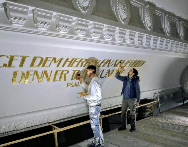 Friedenskirche Aue Zelle Vergoldung der profilierten Schriftzuege aus Gips an der Kirchendecke mit Blattgold 3