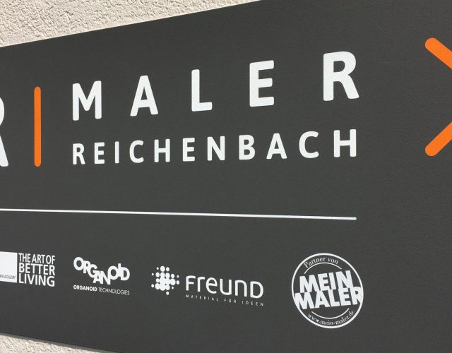 Maler Reichenbach im Vogtland - Planung, Gestaltung und Umsetzung eines Firmenlogos mit Claim an der Außenfassade